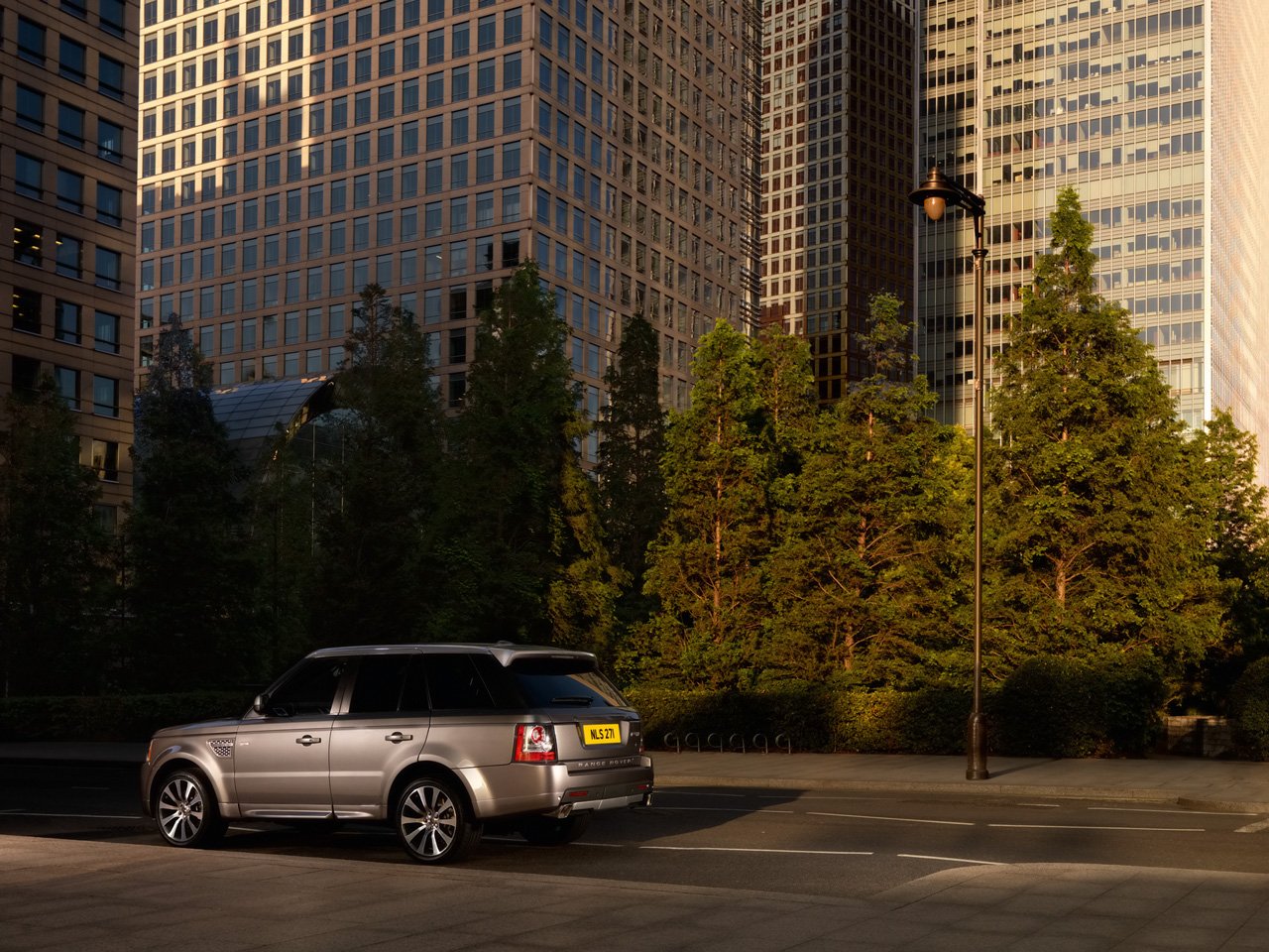 http://www.thesupercars.org/wp-content/uploads/2010/01/2010-Land-Rover-Range-Rover-Sport-Autobiography-Rear-side-view.jpg