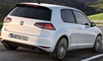 2014-Volkswagen-Golf-GTI-comin-down 3