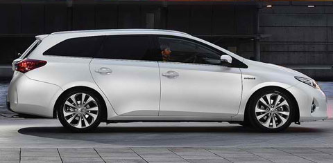 2013-Toyota-Auris-Touring-Sports-at-rest-B
