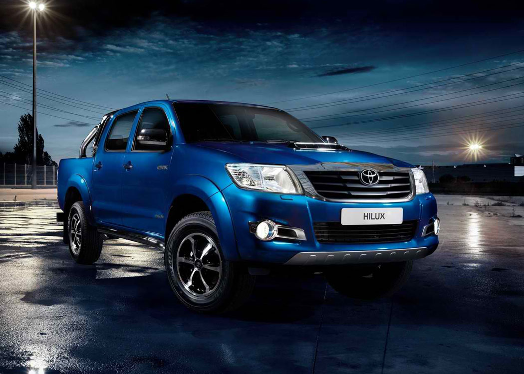 2014-Toyota-Hilux-Invincible-at-the-park-A