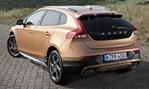 2014-Volvo-V40-Cross-Country-along-the-coast 1