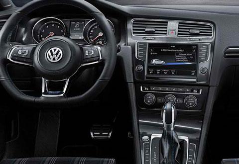 2015-Volkswagen-Golf-GTE-indoors-C