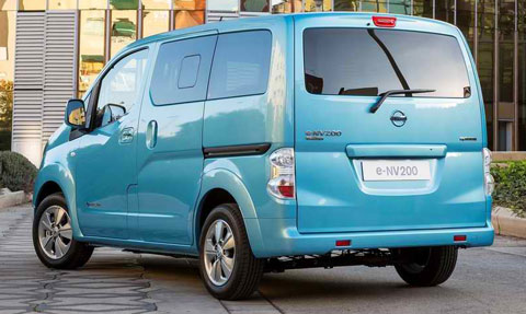 2015-Nissan-e-NV200-at-the-building-C